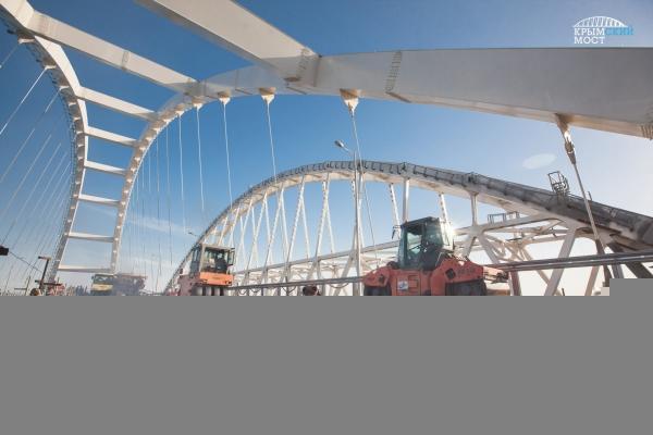 На Крымском мосту ведутся работы по укладке асфальтобетона —